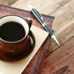 テーブルに置いてあるコーヒーとペン